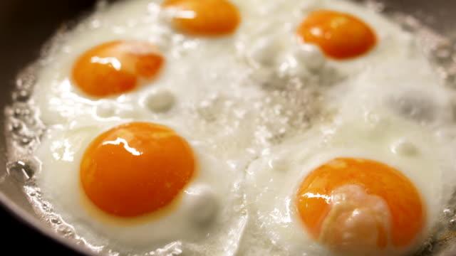 stockvideo's en b-roll-footage met vijf eieren in een pan - vijf dingen