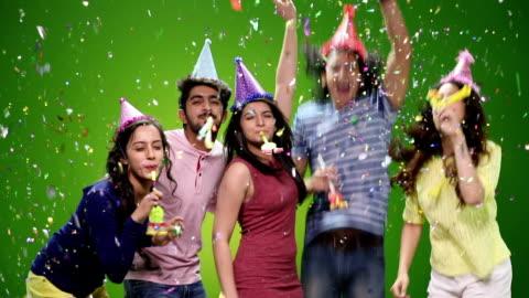 vídeos y material grabado en eventos de stock de five friends celebrating birthday party - 18 19 años