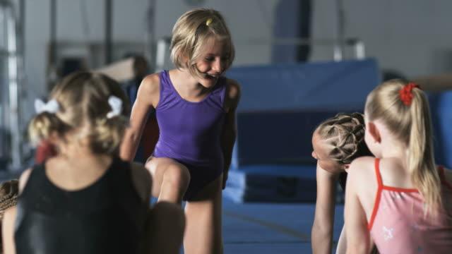vidéos et rushes de ms five girls (6-7, 8-9) stretching in gym, orem, utah, usa - cinq personnes