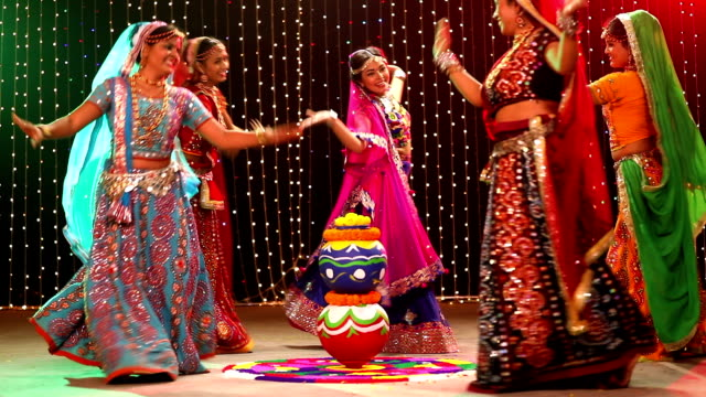 vidéos et rushes de five gujrati women performing garba, delhi, india - indien d'inde