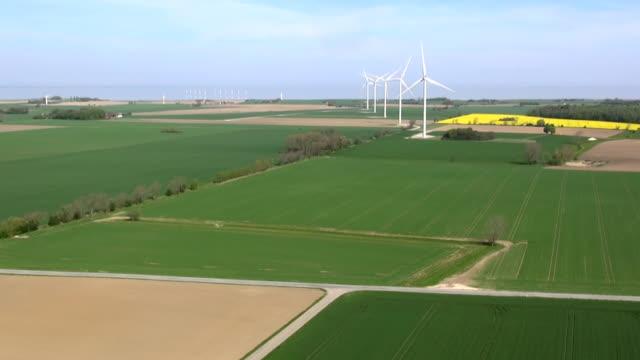 fünf große windturbinen in dänemark im bereich ner das meer aus der kamera hintergrundgeräusche - fünf gegenstände stock-videos und b-roll-filmmaterial