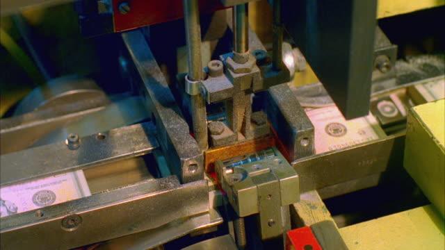 vídeos de stock e filmes b-roll de cu, five hundred american dollar bundles being banded, washington dc, usa - nota de cinco dólares dos estados unidos