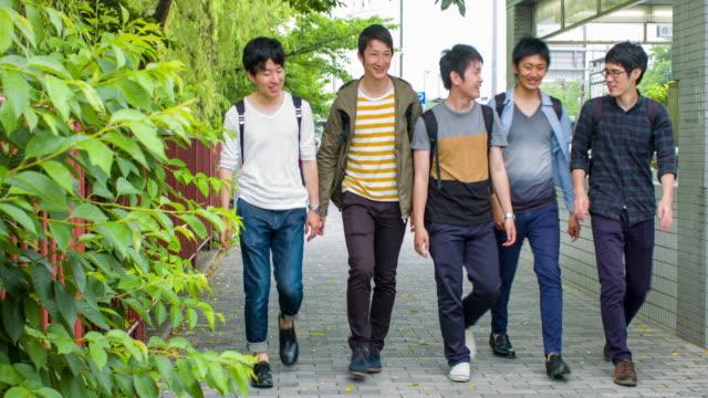 5 日本学生大学から歩いて家に帰る - 地域社会点の映像素材/bロール