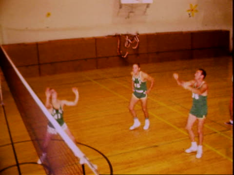 stockvideo's en b-roll-footage met five members of male volleyball team on court performing setting and spiking drills. men's volleyball practice on january 01, 1965 in valley glen,... - rampenoefening