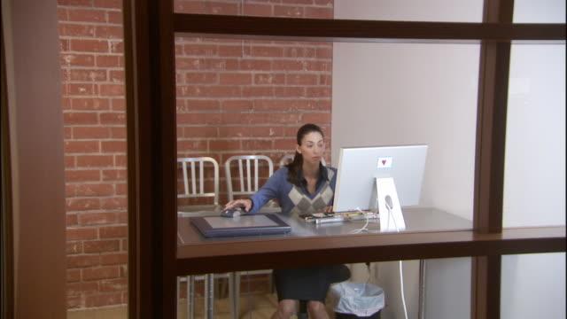 vidéos et rushes de ws five men and women entering office, hot desking, and using computer / los angeles, california, usa - hot desking