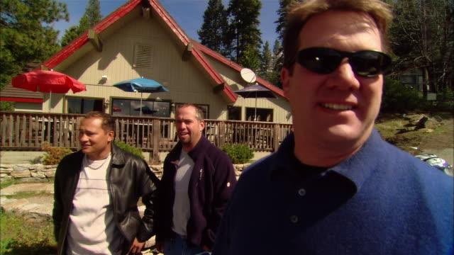 vídeos de stock, filmes e b-roll de ms five men w/ motorcycles in restaurant parking lot/ men walking up to restaurant/ fresno county, california - masculinidade