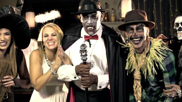 Fünf multi-ethnischen Erwachsenen Kostümparty