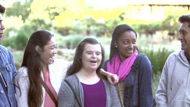 vidéos et rushes de cinq adolescents multiethniques, la fille avec le syndrome de down - 14 15 years