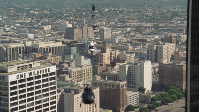 stockvideo's en b-roll-footage met ws pov aerial five news helicopters flying over cityscape - vijf dingen