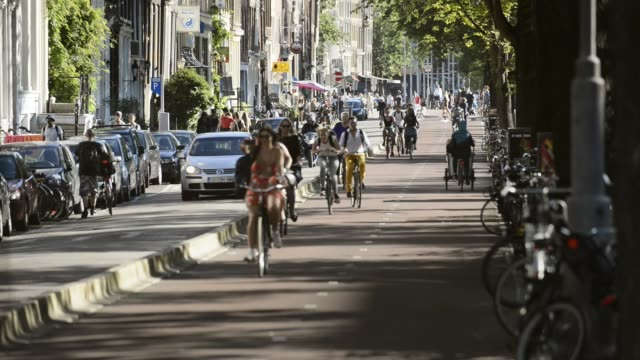 five o'clock rush hour in amsterdam, gelderse kade. - riding stock videos & royalty-free footage