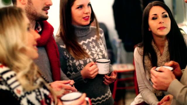 stockvideo's en b-roll-footage met vijf mensen die thee op cabine koffieshop. - koffie drank