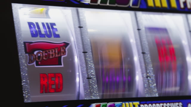 stockvideo's en b-roll-footage met five reels spin on a gambling slot machine. - getal 7