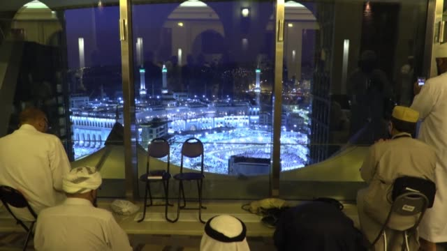 stockvideo's en b-roll-footage met five star hotels with views of islam's holiest site and luxury hajj pilgrimage packages are attracting a super wealthy clientele and establishing... - bedevaart