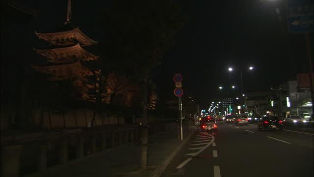 vídeos y material grabado en eventos de stock de pov five story pagoda at night - letrero de tienda