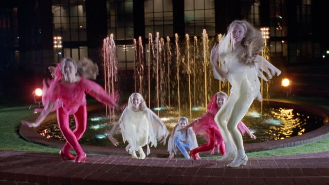 vidéos et rushes de 1991 ws pan five teenage girls wearing costumes and dancing in front of peace center fountain / greenville, south carolina, usa - justaucorps