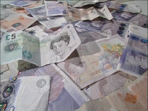 vídeos y material grabado en eventos de stock de five ten and twenty pound notes lie in pile - símbolo de la libra esterlina