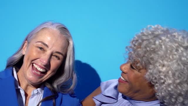vidéos et rushes de five women laughing - close up - 60 64 ans