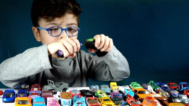 five year old boy playing with toy cars - 4 5 år bildbanksvideor och videomaterial från bakom kulisserna