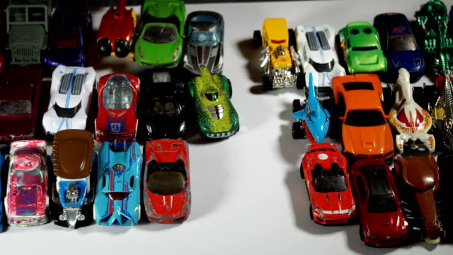 stockvideo's en b-roll-footage met five year old boy playing with toy cars - speelgoed