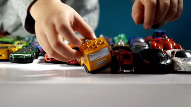 vídeos de stock, filmes e b-roll de five year old boy playing with toy cars - brinquedo