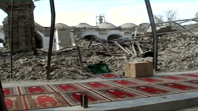 vidéos et rushes de five years on since the fall of kabul to the northern alliance; musa qala: rubble of destroyed buildings zoom in man along through rubble next to... - kaboul