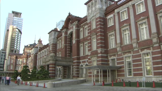 stockvideo's en b-roll-footage met fixed long shot of the central part of the important cultural property of japan tokyo station marunouchi building - goede staat