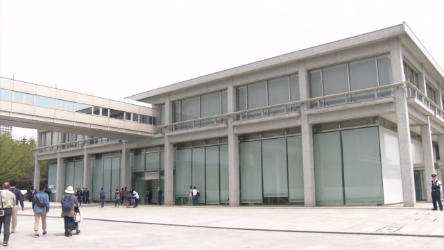 fixed low angle view of a building of hiroshima peace memorial museum: filmed two days before the 2016 g7 hiroshima foreign minister's meeting. - armi di distruzione di massa video stock e b–roll