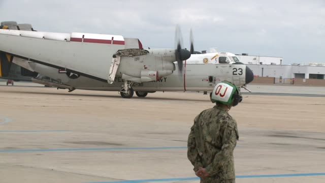 vídeos de stock e filmes b-roll de kswb fixed wing aircraft from the vinson arrived in san diego at the naval air station north island on june 3 2015 the crews of the plane known as... - regresso ao lar