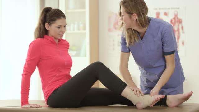 vídeos de stock, filmes e b-roll de resolvendo um tornozelo lesão - physical injury