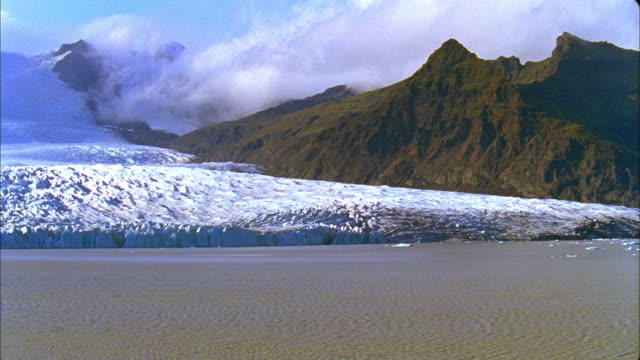 slo mo ws pan fjallsarlon glacier lake and vatnajokull glacier, skaftafell national park, iceland - 風致地区点の映像素材/bロール