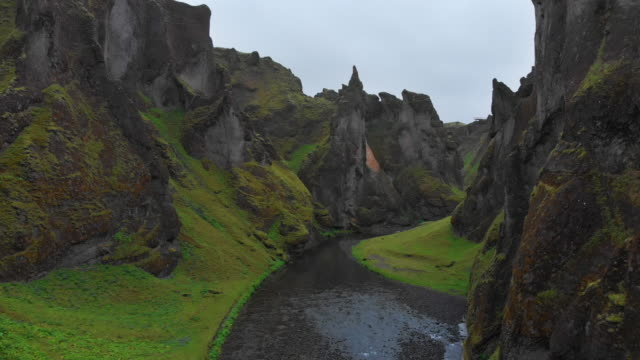 fjaðrárgljúfur canyon, iceland - mountain range stock videos & royalty-free footage