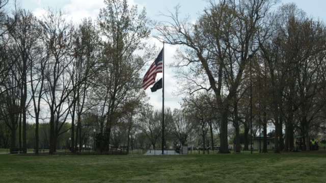 vídeos de stock, filmes e b-roll de s flag and a powmia flag fly near vietnam veterans memorial at the national mall april 1 2020 in washington dc the district of columbia has joined... - maryland estado
