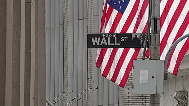 vídeos de stock, filmes e b-roll de nyse, flag and wall street street sign - economia