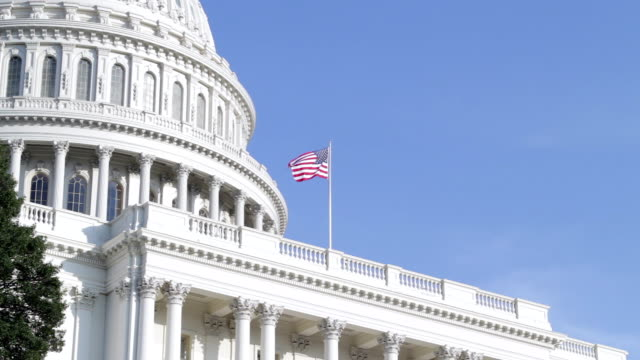 stockvideo's en b-roll-footage met us flag at the united states capitol in washington dc - amerikaanse vlag