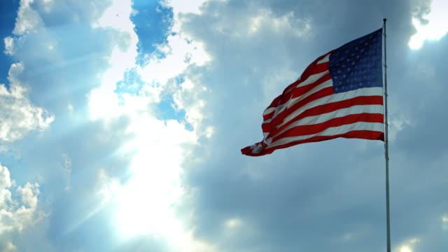 vídeos de stock e filmes b-roll de us flag flying from behind - partido democrático eua