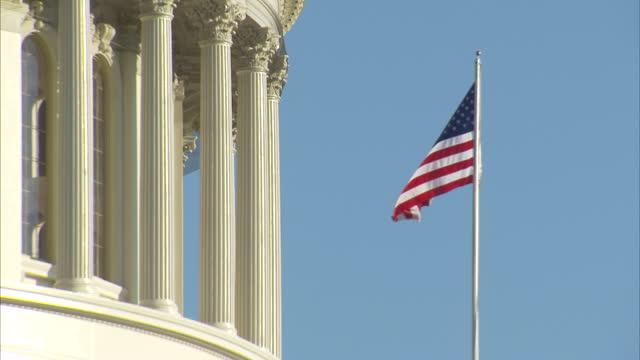 vídeos de stock, filmes e b-roll de us flag flying outside the us capitol building - capitólio capitol hill