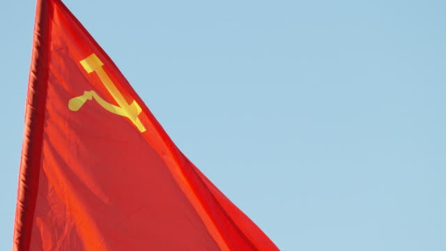 stockvideo's en b-roll-footage met ussr vlag in de wind - communisme