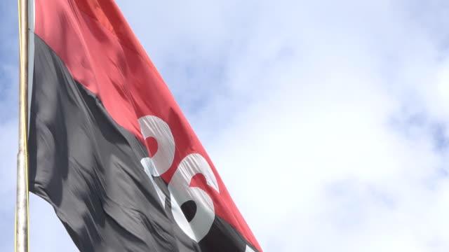vídeos de stock, filmes e b-roll de flag of fidel castro's july 26 movement flying in blue sky - número 26