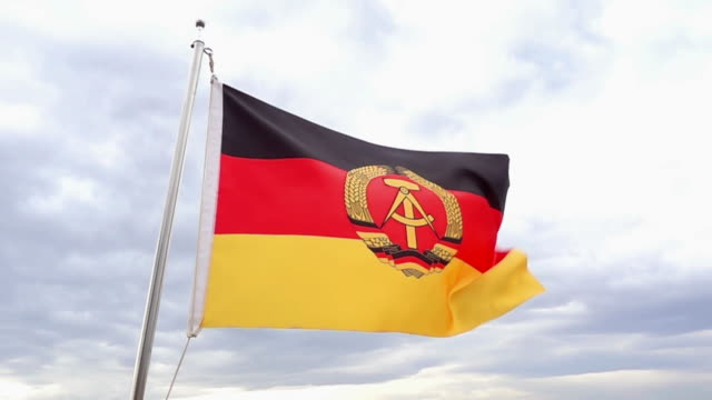 vídeos de stock, filmes e b-roll de bandeira alemã, república democrática do - east berlin