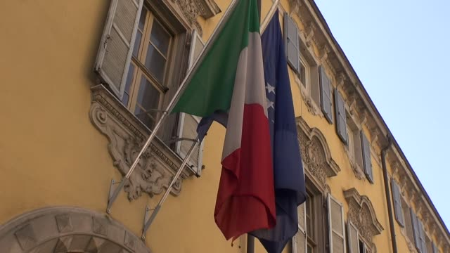 flag of italy and european union - italienische flagge stock-videos und b-roll-filmmaterial