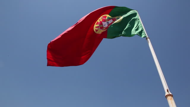 vídeos de stock e filmes b-roll de flag of portugal - oscilar