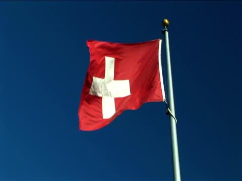 ms, flag of switzerland flapping against clear sky - insignier bildbanksvideor och videomaterial från bakom kulisserna