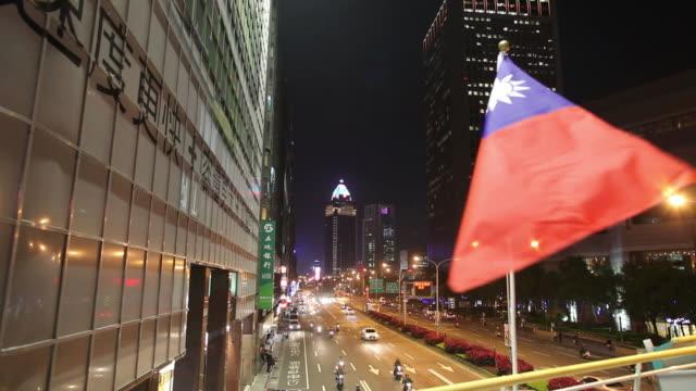 vídeos y material grabado en eventos de stock de ws ha flag of taiwan fluttering in downtown / taipei, taiwan - bandera de taiwán