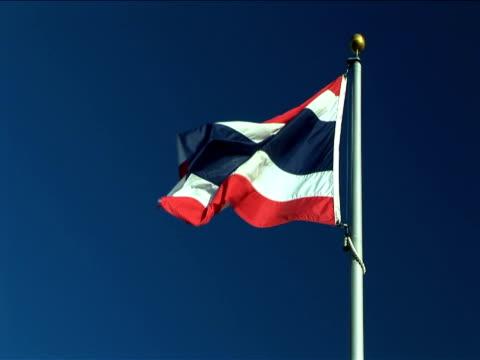 ms, flag of thailand flapping against clear sky - insignier bildbanksvideor och videomaterial från bakom kulisserna