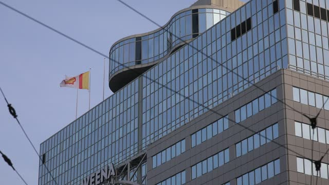 vidéos et rushes de flag of the oil giant shell waves on a downtown office building on october 19 in rotterdam, the netherlands. the british-dutch group wants to cut up... - culture néerlandaise