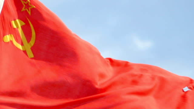 vídeos de stock e filmes b-roll de flag of the ussr in the wind against the sky - comunismo