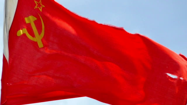 flag of the ussr in the wind against the sky (slow motion) - comunismo video stock e b–roll