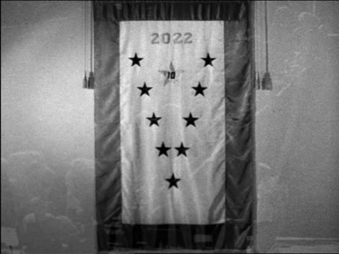 vidéos et rushes de b/w 1944 lap dissolve flag + soldiers walking up gangplank / educational - prelinger archive