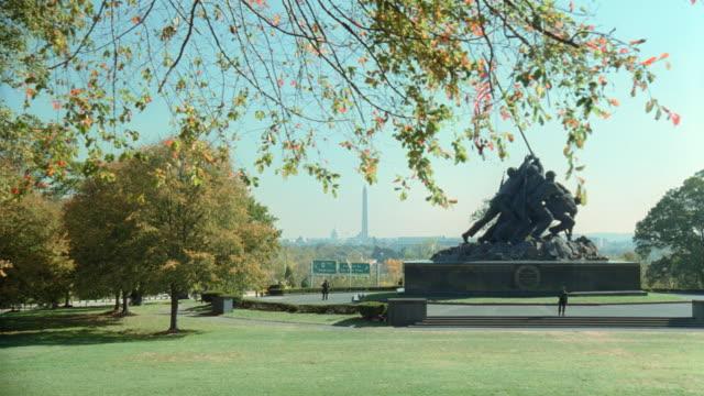 a us flag tops the united states marine corps war memorial in washington, dc. - アーリントン国立墓地点の映像素材/bロール