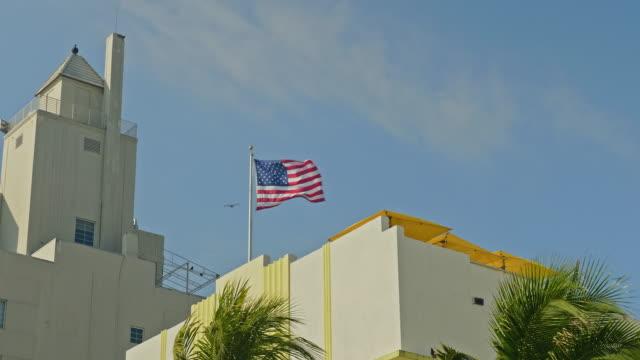 vídeos de stock e filmes b-roll de us flag waving on a windy day - senado dos estados unidos